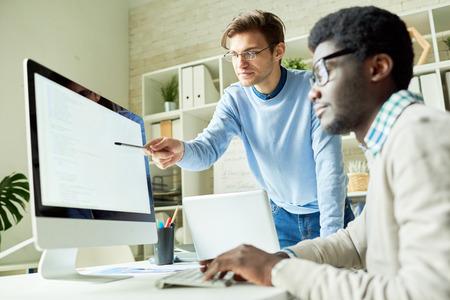 Photo pour IT Developers in Web Studio - image libre de droit