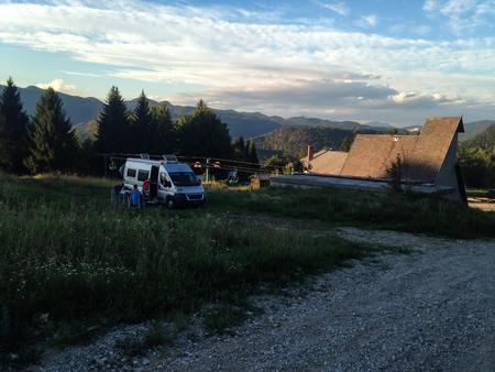 Photo pour Couple enjoying van life in the mountains. - image libre de droit