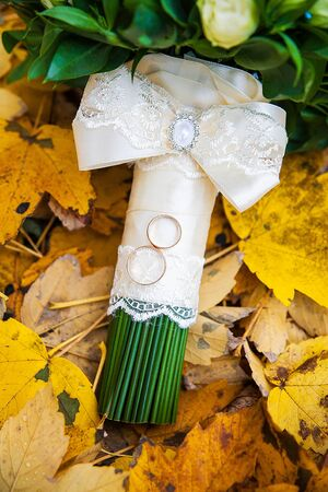 Foto de beautiful wedding bouquet and rings close up - Imagen libre de derechos