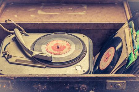 Foto de Classic record player and vinyls in an old suitcase - Imagen libre de derechos