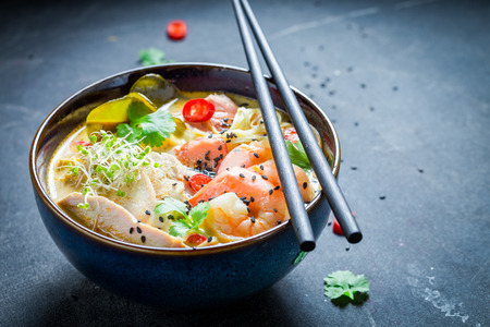 Photo pour Malaysian Soup with coconut milk and prawn - image libre de droit