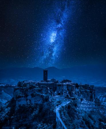 Photo pour Milky way over old town of Bagnoregio, Italy - image libre de droit