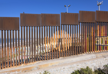 Foto de Steel fence made of vertical girders separating Mexico from the United States in a secured political boundary in Playas de Tijuana in Mexico - Imagen libre de derechos