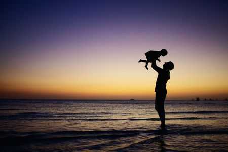 Photo pour Father and little daughter silhouettes on beach at sunset - image libre de droit