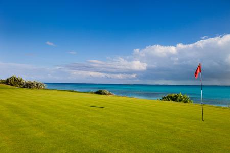 Foto de Stunning view of a coastal golf course - Imagen libre de derechos