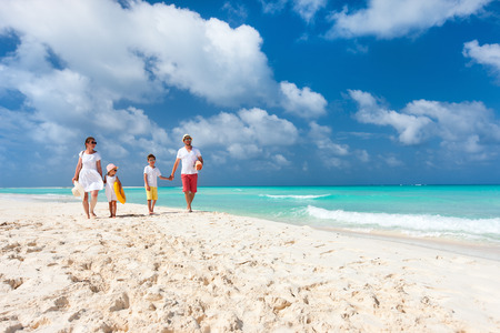 Photo pour Happy beautiful family on a tropical beach vacation - image libre de droit