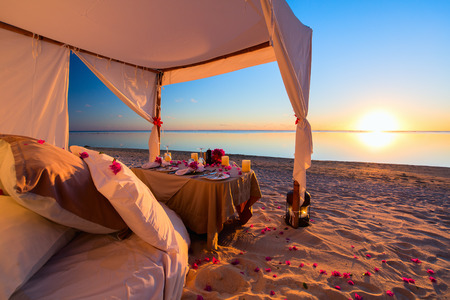 Foto de Romantic luxury dinner setting at tropical beach on sunset - Imagen libre de derechos