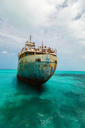Foto de Old ship wreck at Caribbean sea - Imagen libre de derechos