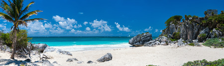 Foto de Mayan ruins and beautiful Caribbean coast in Tulum Mexico - Imagen libre de derechos
