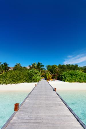 Foto de Wooden pathway leading to beautiful tropical island - Imagen libre de derechos