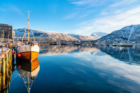 Photo pour Beautiful winter landscape of snow covered town Tromso in Northern Norway - image libre de droit