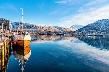 Foto de Beautiful winter landscape of snow covered town Tromso in Northern Norway - Imagen libre de derechos