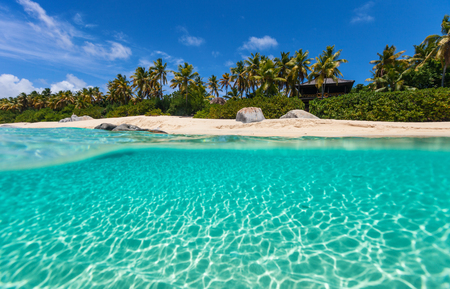 Foto de Beautiful tropical beach with white sand, turquoise ocean water and blue sky at Virgin Gorda, British Virgin Islands in Caribbean - Imagen libre de derechos