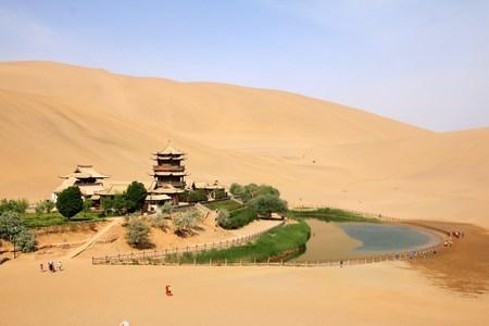 Foto de Crescent Lake and Mingsha Mountain in China - Imagen libre de derechos