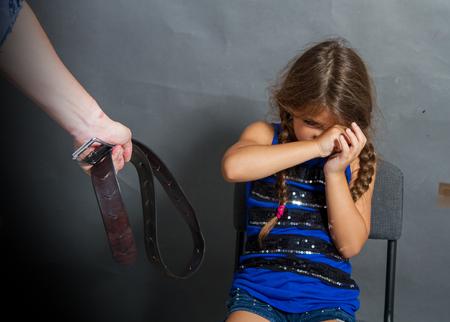 Photo pour man beats the child - image libre de droit