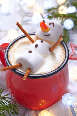 Photo pour Red mug with hot chocolate with melted marshmallow snowman - image libre de droit