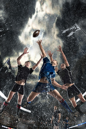 Photo pour competition players Rugby in the rain - image libre de droit