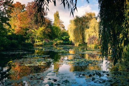 Foto de Claude Monet the garden in autumn, water lilies in the lake on a Sunny day - Imagen libre de derechos
