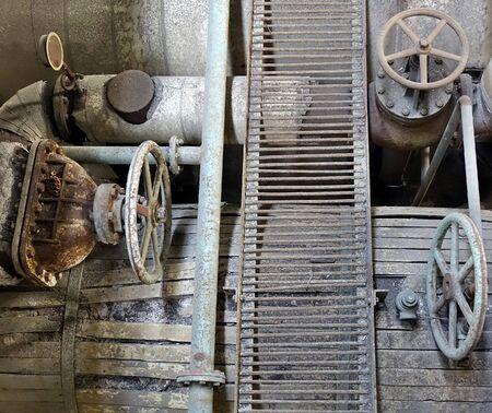 Foto de Old rusting machinery and valves in an abandoned factory - Imagen libre de derechos