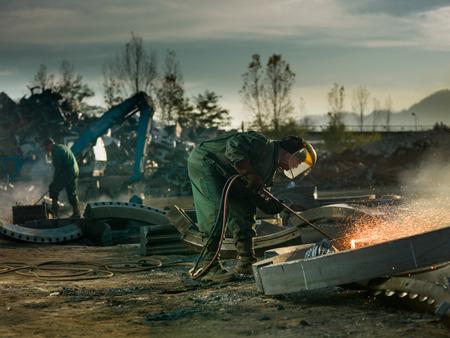 Foto de workers welding metal outdors - Imagen libre de derechos