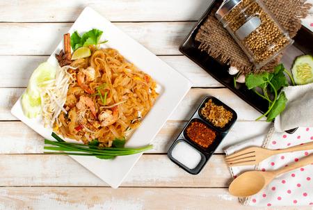 Photo pour Thailand style noodles, stir-fried rice noodles (Pad Thai) - image libre de droit