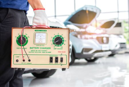 Foto de Weigh the car battery charger to charge the car with the engine cover open. - Imagen libre de derechos