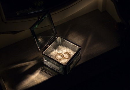 Photo pour Gold wedding rings in vintage glass jewelry box - image libre de droit