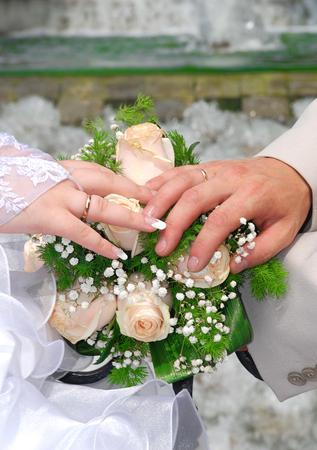 Foto de pictured in the photo Hands and rings on wedding bouquet - Imagen libre de derechos