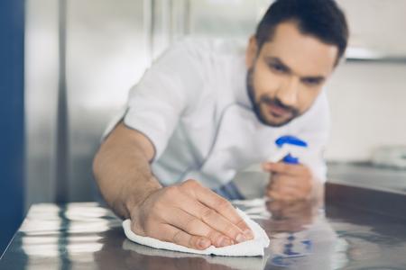 Photo pour Man japanese restaurant chef working in the kitchen - image libre de droit