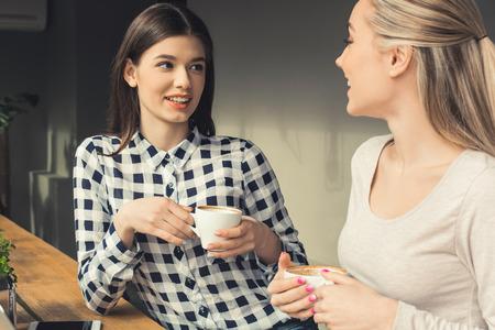 Foto de Young women friends in a coffee shop free time - Imagen libre de derechos