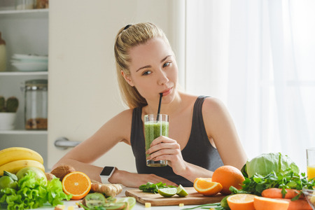 Foto de Young woman making detox smoothie at home - Imagen libre de derechos