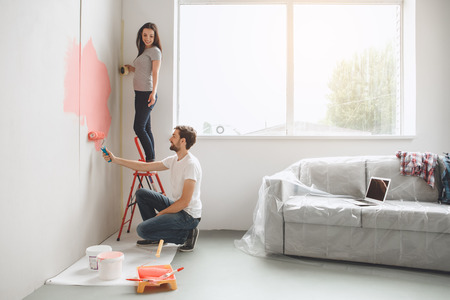 Photo pour Young couple doing apartment repair together themselves - image libre de droit