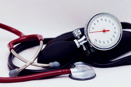 Foto per Sphygmomanometer and stethoscope on white background - Immagine Royalty Free
