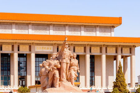 Photo pour Monument in front of Mao's Mausoleum at the Tiananmen Square (Gate of Heavenly Peace),  a large city square in the centre of Beijing, China - image libre de droit