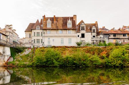 Photo pour PERIGUEUX, FRANCE - OCT 11, 2016: Isle river and town of Perigueux, France. The town is the seat of a Roman Catholic diocese. - image libre de droit
