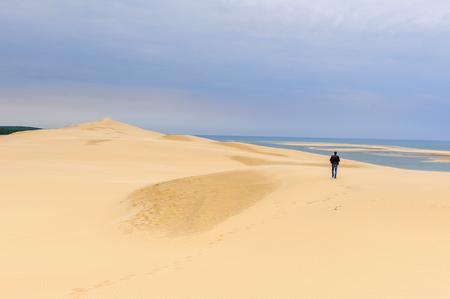 Photo pour LA TESTE-DE-BUCH, FRANCE -OCT 12, 2016: Dune of Pilat (Grande Dune du Pilat), the tallest sand dune in Europe. - image libre de droit