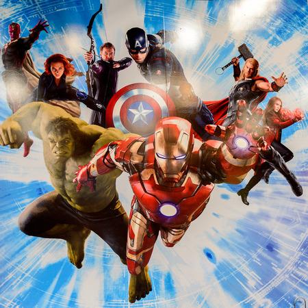Photo pour LAS VEGAS, NV, USA - SEP 20, 2017: Marvel superheroes Iron Man, Thor, Hulk, Black Widow, Hawkeye, Vision, Vanda Scarlet Witch at the  Avengers Station complex in Las Vegas. - image libre de droit