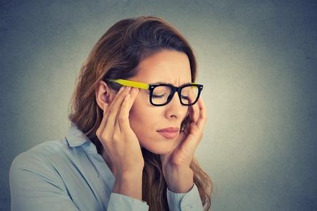 Photo pour Portrait stressed young business woman having headache - image libre de droit