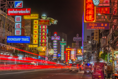 Photo pour Chinatown, Bangkok, Thailand - March 31 , 2015: Night light trails  neon board signs shops on Yaowarat road, Chinatown with  Chinese buildings, restaurants and decoration in  Bangkok,Thailand. - image libre de droit