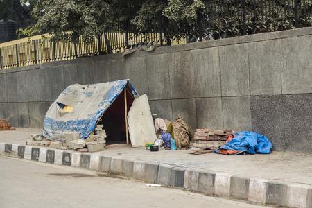 Foto de comporary tent of unidentified homeless people on side of street in Delhi, India - Imagen libre de derechos