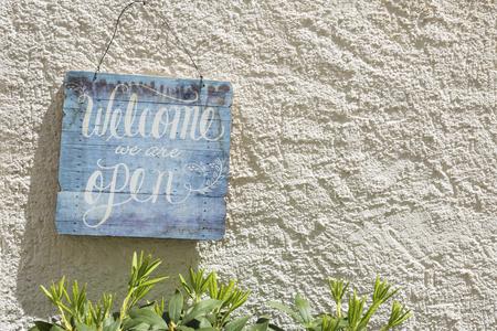 Foto de A sign, welcome we are open - Imagen libre de derechos