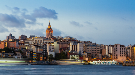 Photo pour Istanbul cityscape with Galata Tower and floating tourist boats in Bosphorus - image libre de droit