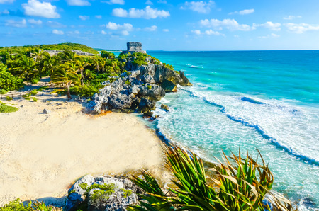Foto de Mayan ruins of Tulum at tropical coast. God of Winds Temple at paradise beach. Mayan ruins of Tulum, Quintana Roo, Mexico. - Imagen libre de derechos