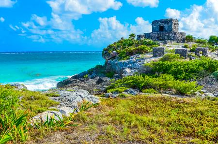 Photo pour Mayan ruins of Tulum at tropical coast. God of Winds Temple at paradise beach. Mayan ruins of Tulum, Quintana Roo, Mexico. - image libre de droit