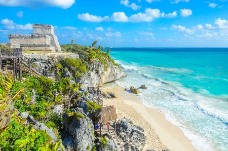 Photo pour Mayan ruins of Tulum at tropical coast. El Castillo Temple at paradise beach. Mayan ruins of Tulum, Quintana Roo, Mexico. - image libre de droit