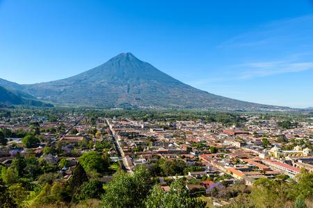 Foto de Cerro de la Cruz - Viewpoint from hill to old historic city Antigua and volcano in the mayan highlands in Guatemala - Imagen libre de derechos