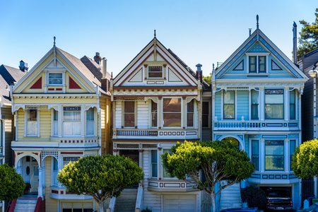 Photo pour Beautiful view of Painted Ladies, colorful Victorian houses located near scenic Alamo Square in a row, on a summer day with blue sky, San Francisco, California, USA - image libre de droit