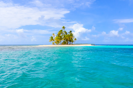 Photo pour Beautiful lonely beach in caribbean San Blas island, Kuna Yala, Panama. Turquoise tropical Sea, paradise travel destination, Central America - image libre de droit