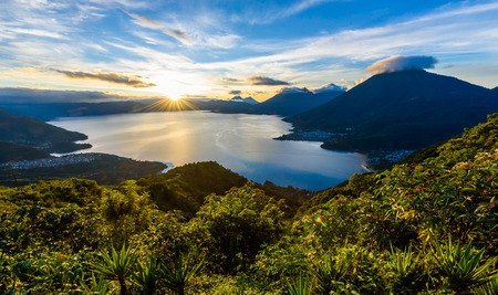 Photo pour Sunrise in the morning at lake Atitlan, Guatemala - amazing panorama view to the volcanos San Pedro, Toliman and Atitlan - image libre de droit
