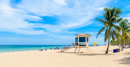 Photo pour Paradise beach at Fort Lauderdale in Florida on a beautiful sumer day. Tropical beach with palms at white beach. USA. - image libre de droit